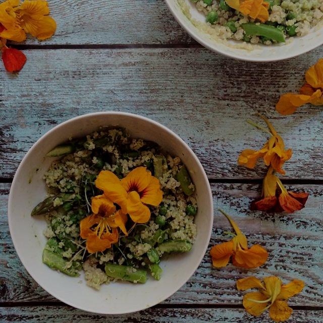 Green veggie quinoa bowl with peas, asparagus in a spinach pesto sauce!