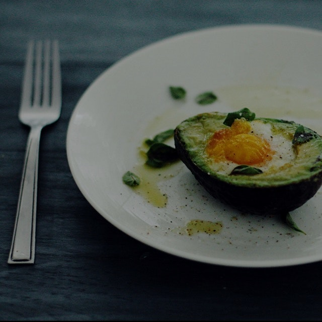 Baked egg in avocado 💚