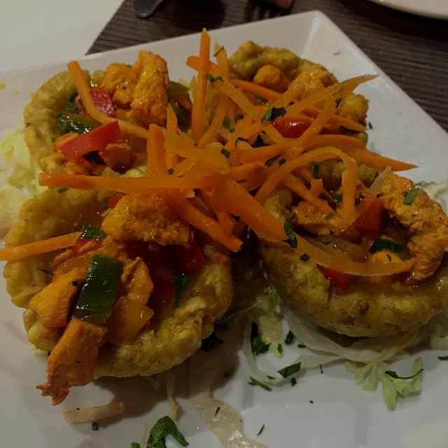 Delicious fried plantains filled with chicken and peppers = tostones rellenos!