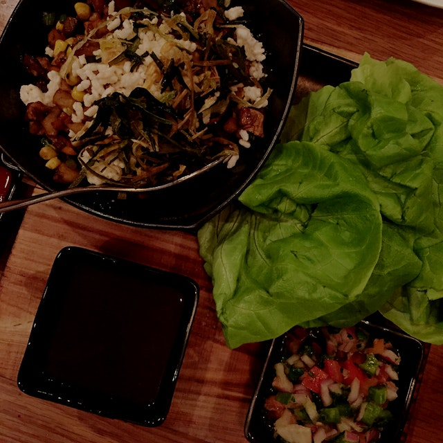 BBQ duck lettuce cups with hoisin sauce and pico de gallo. Love eating with me hands 👐🏻