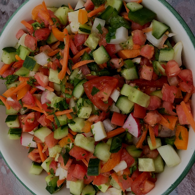 Wishing you all a very happy and healthy new year with this wholesome Israeli salad 🔔🔔🎸🎸😄😄