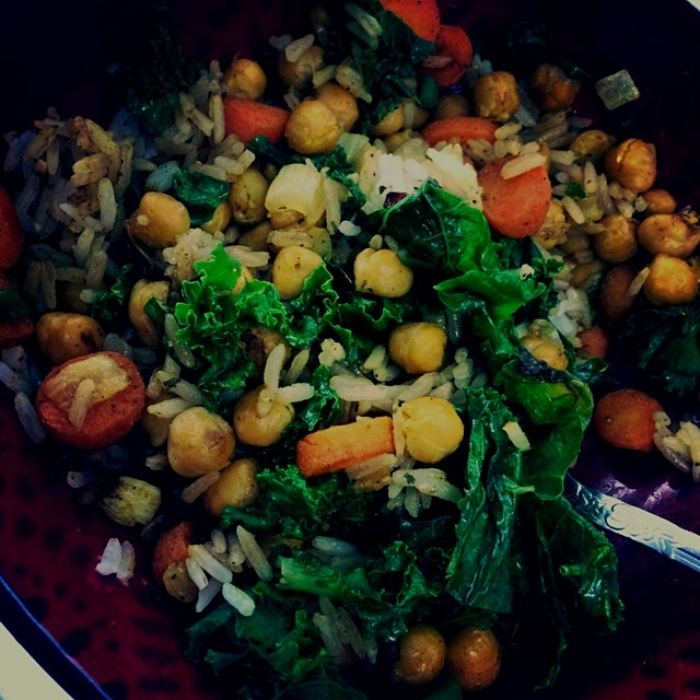 Curried Chickpeas with Garlic Sautéed Kale and Carrots #comfortfood