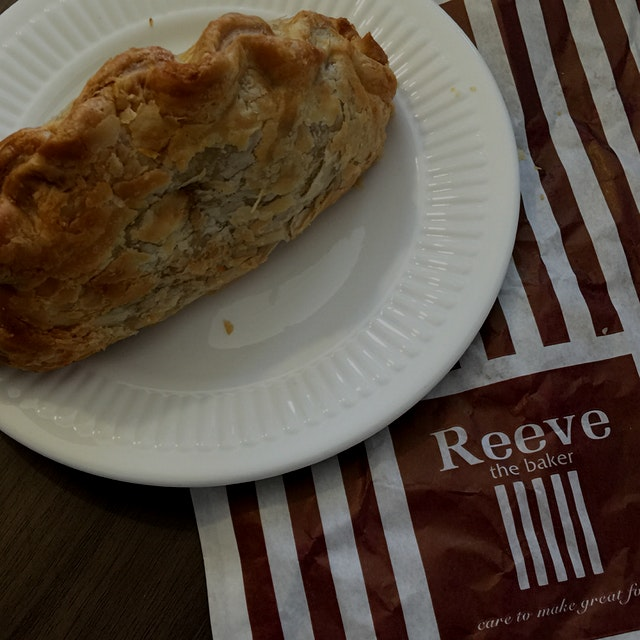 Wiltshire Pasty w/ Prime minced Beef, Carrot, Potato, & Swede in a rich season gravy!