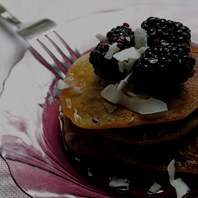 Gluten-free banana-oat pancakes with blackberries. Easy to make! On the blog.