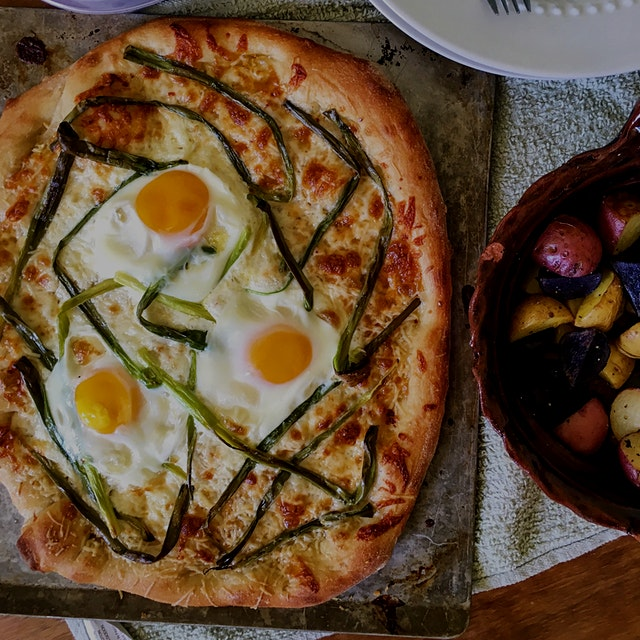 If you haven't cracked an egg on pizza pleeeease make it a priority to try :D