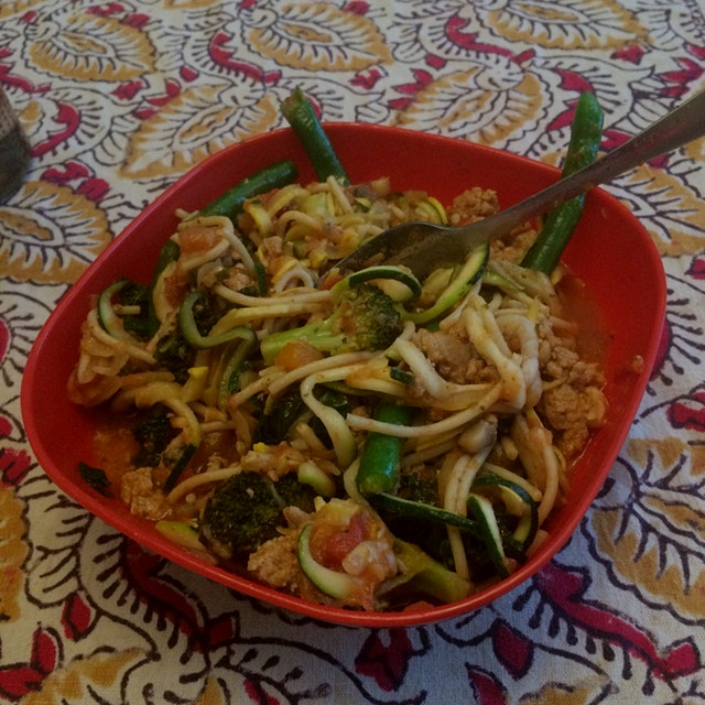 My distraction free lunch lead to a very healthy spaghetti and zoodle dish thanks to my new spira...