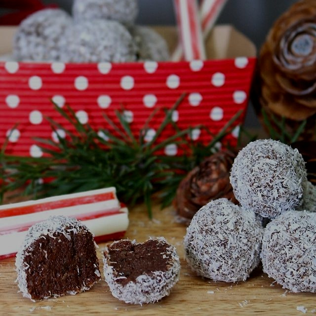 Raw Paleo Peppermint Fudge Snowballs from www.GreatFoodLifestyle.com. Ready for Christmas! 🎆🎅❤️🎄⛄️