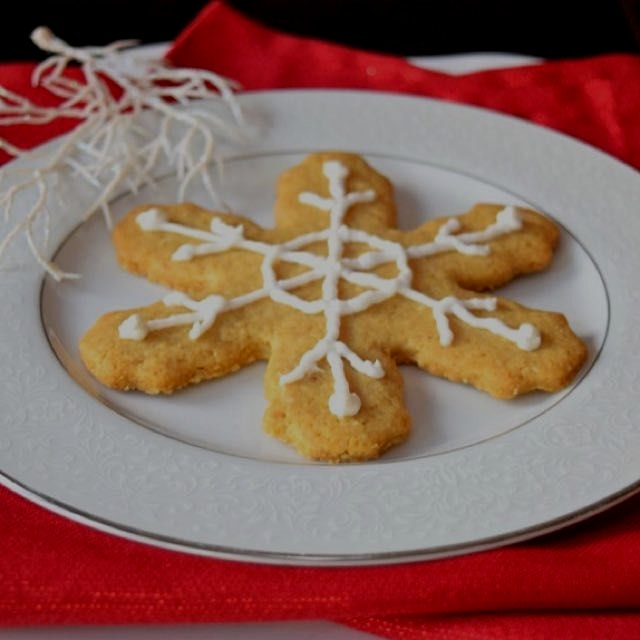 Gluten free sugar cookies with paleo royal icing. Find them both on www.GreatFoodLifestyle.com. ❤...