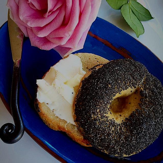 Now that's what I call is a true Poppy Seed Bagel! It's gluten-free from my friends @glutenfreebagel