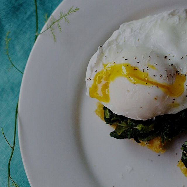 Eggs florentine w/ crispy polenta squares - healthy and pretty! Lactose and gluten-free http://bi...