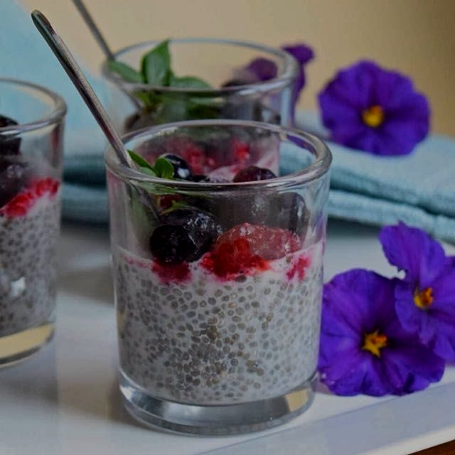 Berry Chia Pudding. Only 5 ingredients! Recipe is on the link in my bio. 🍨👍