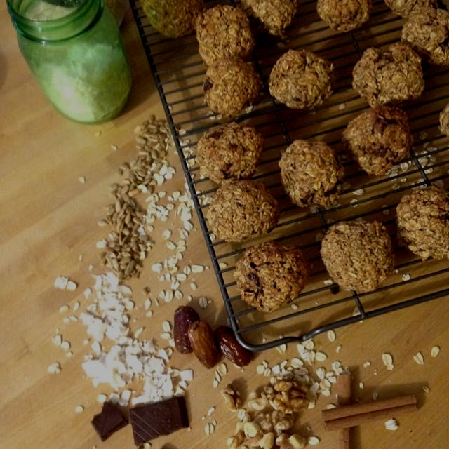 Everything oatmeal cookies (walnuts, coconut, dark chocolate, sunflower seeds and raisins). #vega...