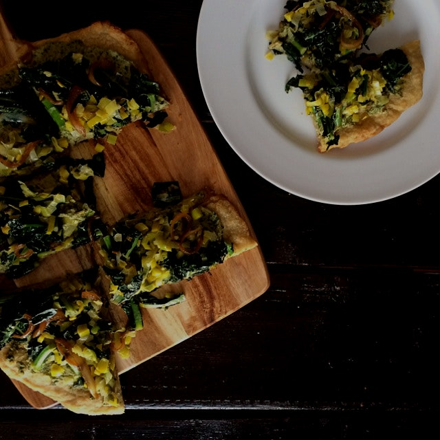 Walnut pesto flatbread with leeks, kale and cartelized onions! Recipe on my website :)