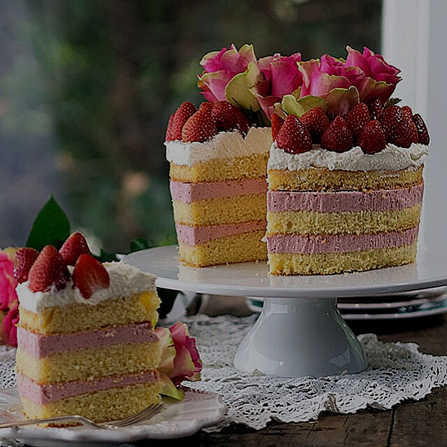 This strawberry cheesecake sponge cake is just so pretty. Recipe canbe found here http://bellyrum...
