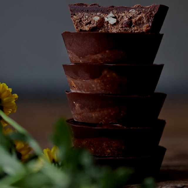 Raw chocolate dates cups! You can find the recipe for these chocolaty, delicious and healthy dess...