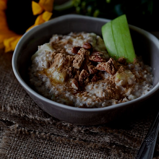 Apple cinnamon porridge! Perfect for breakfast, you can find the recipe on my blog Travelling oven!
