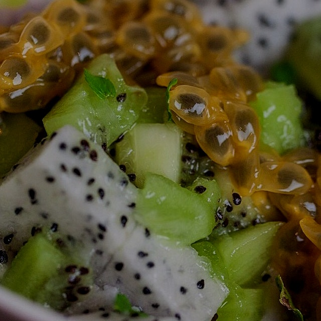 How about a dragon fruit and kiwi mint bowl for dessert? Directions up on HealthyHarlequin.com 👊🏽...