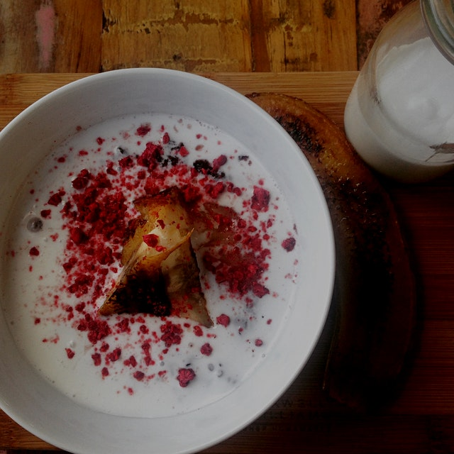 So obsessed with black rice pudding. Here with coconut cream, banana & freeze dried raspberries.