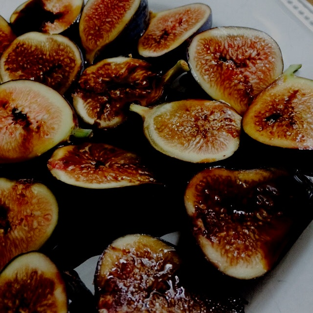 Am I sharing this plate of figs soaked in aceto balsamico I cannot afford? Nope. #villamanodori